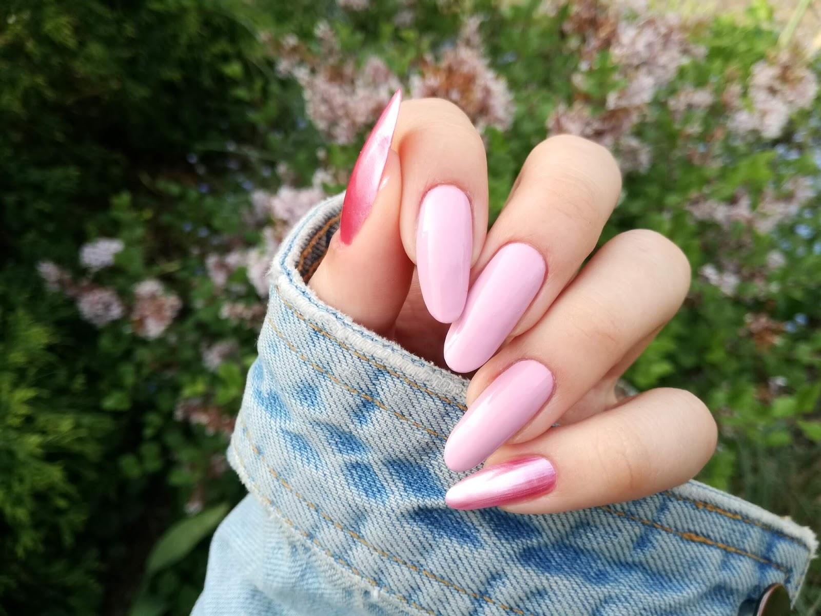 różowe lakiery maga na paznokciach