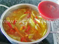 punem pasta de tomate in mancarea de gogonele - prepararea retetei