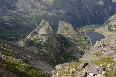 Расположен в истоках 6 рек,  рек Большой Кебеж, Большой Ключ, Тайгиш, Верхняя Буйба, Средняя Буйба и Нижняя Буйба. Представляет собой массив разнонаправленных грив, отрогов, в значительной степени обработанных ледником. Горный рельеф в центральной части Ергаков на периферии сменяется гольцовым с отдельно расположенными горами и отрогами более плавных очертаний с пенепленом на вершинах. Отдельные горные пики имеют причудливые очертания и собственные имена: Звёздный (наивысшая вершина Ергаков), Зуб Дракона, Птица, Парабола, Молодёжный, Зеркальный и др. Неповторимость Ергакам придают множество озёр, как правило каровых, ледникового происхождения. Наиболее известны: Буйбинские озёра (Радужное, Каровое, Светлое), Мраморное (Тушканчик), Золотарное, Горных Духов. Наиболее крупные озёра — Большое Буйбинское, Большое Безрыбное и Светлое.  Символ парка - логотип с изображением кабарги на фоне горных вершин.  Природный парк Ергаки расположен в центре континента, что накладывает отпечаток на его природу: континентальность климата, господство бореальной растительности, характерные черты флоры и фауны. Большое влияние оказывает и фактор рельефа. Парк расположен в пределах Западного Саяна, причём за счёт своей протяжённости охватывает различные высотные горные пояса. Протяжённость с севера на юг составляет 75 км, а по долготе — около 100 км. Это существенно увеличивает разнообразие природных условий и, как следствие, разнообразие живой природы: видов растений, животных и грибов. При этом северная половина парка находится на северном макросклоне горной системы и получает максимальное количество осадков, в то время, как южная часть ООПТ находится в дождевой тени. За счёт высокой влажности климат северных районов парка более мягкий, слабо континентальный, в то время как на юге континентальность резко возрастает.  Название «Ергаки» в подобном написании — молодое. Еще в начале ХХ века на географических картах и в печатных изданиях это название выглядело как «Иргаки». По распространенно
