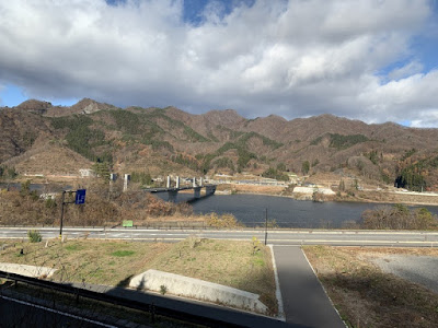 窓から見える八ッ場ダム湖