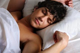 homem bonito dormindo
