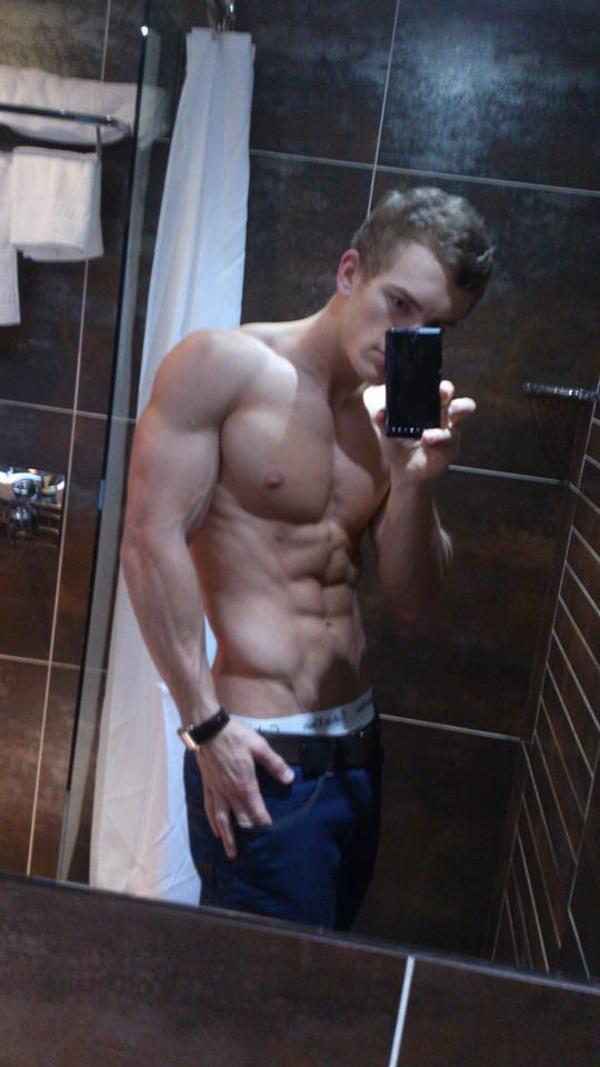 sexy-dudes-shirtless-ripped-body-abs-selfie