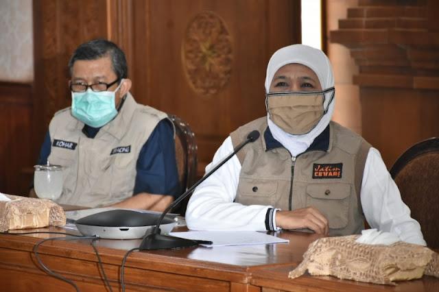 Gubernur Jatim, Khofifah Indar Parawansa saat rilis update sebaran Covid-19 di gedung negara Grahadi Surabaya, Kamis (16/4/2020). FOTO: KOMINFO JATIM