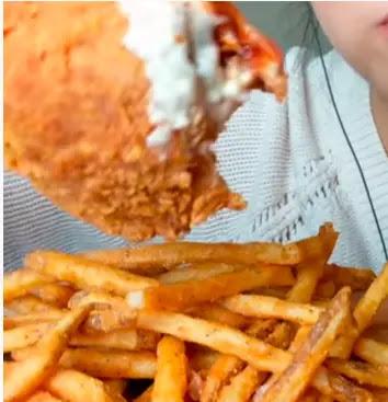 يعد القلي والشواء من بين أكثر طرق الطهي غير صحية وغالبًا ما تكون الأطعمة المطبوخة بهذه الطرق مستساغة جدًا وكثيفة السعرات الحرارية ، كما تتشكل أيضًا عدة أنواع من المركبات الكيميائية الغير صحية عند طهي الطعام تحت درجة حرارة عالية وتشمل هذه الأكريلاميدات ، الأكرولين ، الأمينات الحلقية غير المتجانسة ، الأوكسيستيرول ، الهيدروكربونات العطرية متعددة الحلقات (PAHs) والمنتجات الطرفية المتقدمة من السكر .