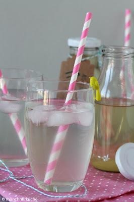 Holunderblütensirup schmeckt nicht nur in Wasser gut, sondern kann auch gut zum backen verwendet werden.