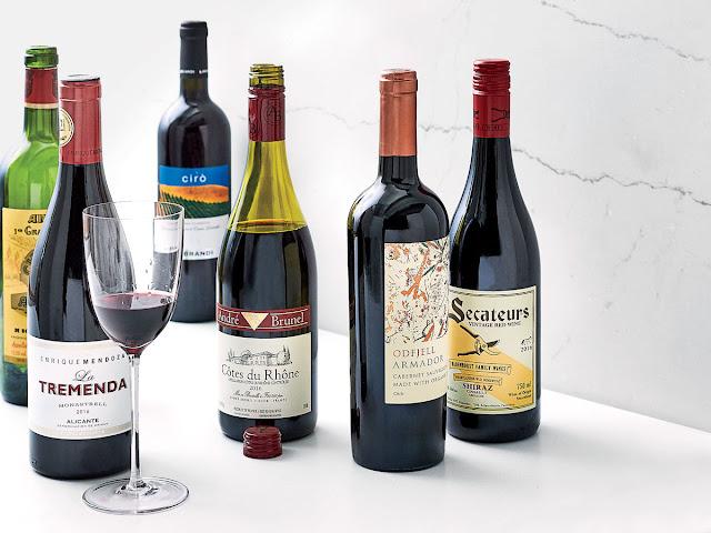 Pomysły na kosz z prezentami wina