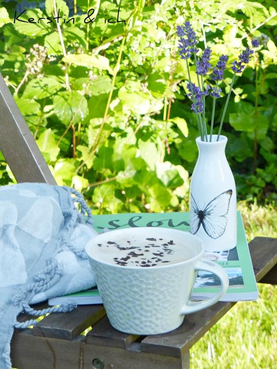 Guten Morgen Kaffee im Garten bei Sonnenschein