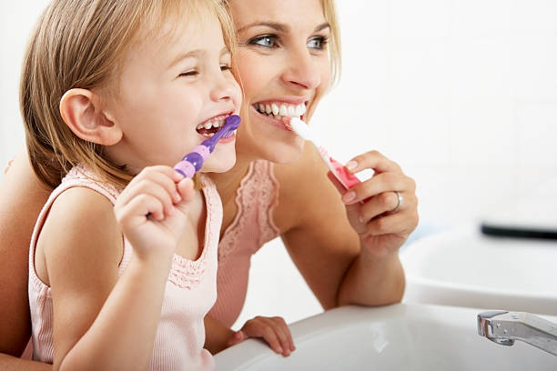 दांतों को अच्छे से रोजाना सुबह और रात को ब्रश करें।