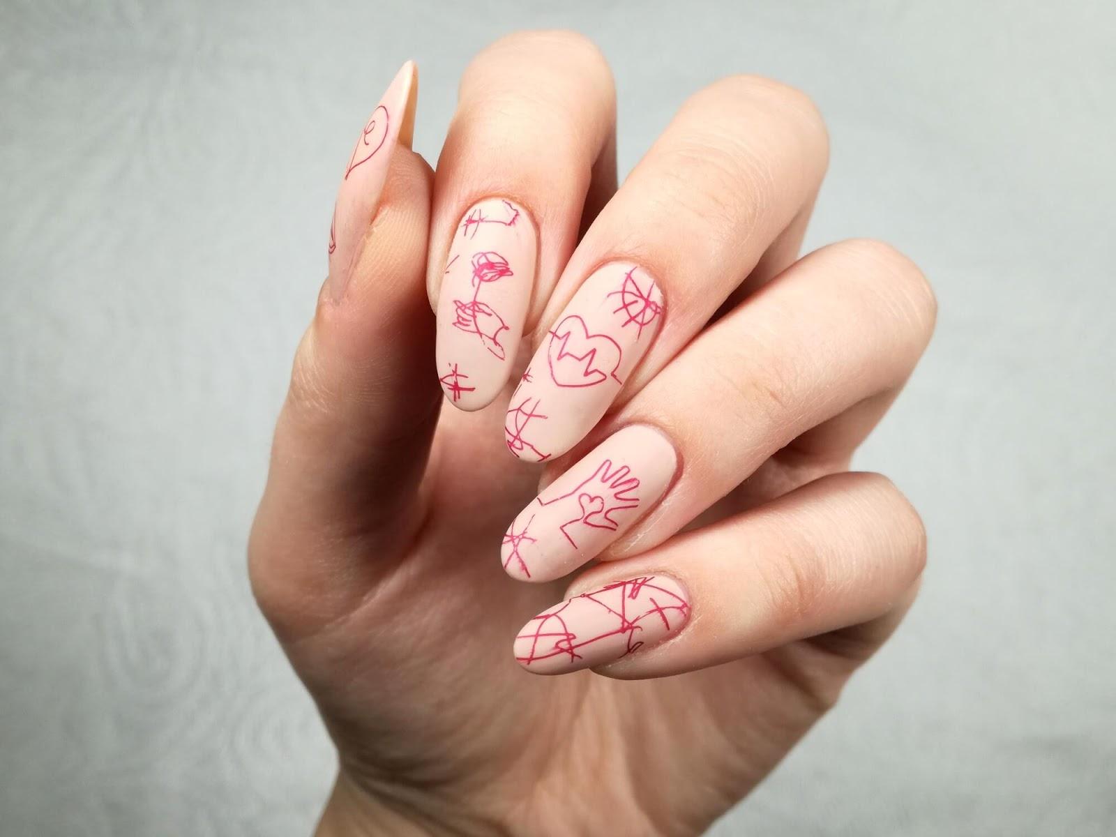 wzorki na cielistych paznokciach