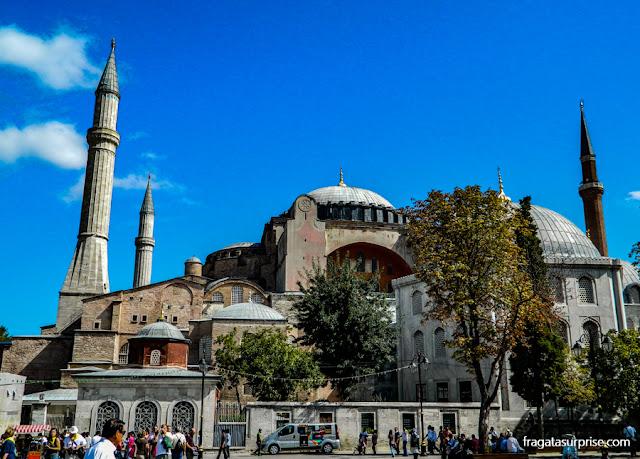 A Basílica de Santa Sofia, em Istambul, vista do centro da Praça de Sultanahmet
