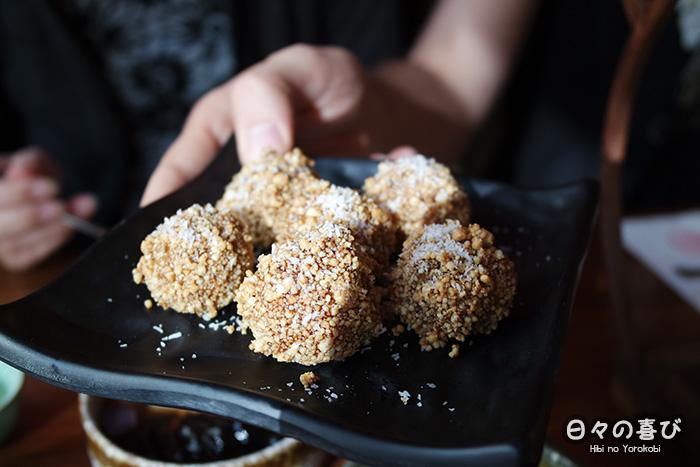 boules de riz au sésame et à la cacahuète pilée