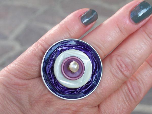 Un prezioso anello con tanto di perla e ... bottone