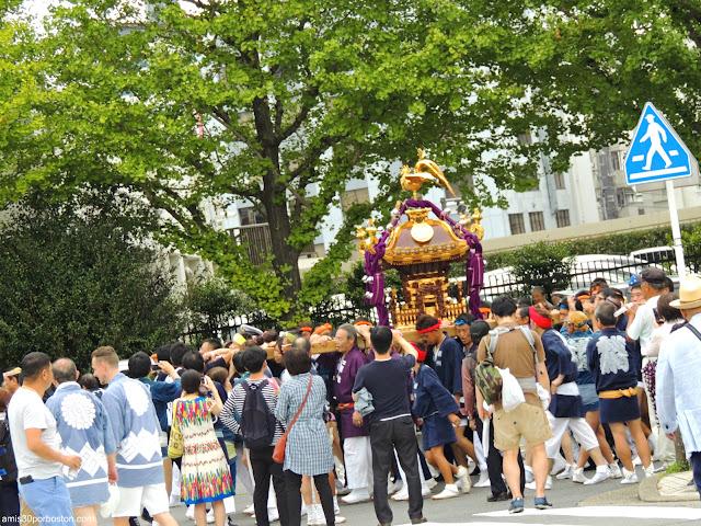 Mikoshi en Procesión por Asakusa, Tokio
