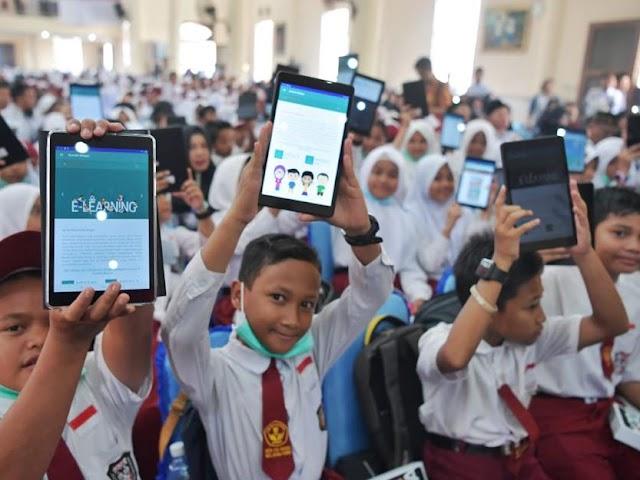 Kembangkan TIK di Sekolah, Kemendikbud Bagikan Komputer Tablet