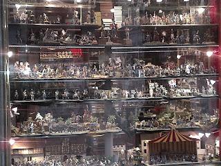 boutique de figurines et soldats au pied de l'accès aux jardins du Palais Royal.