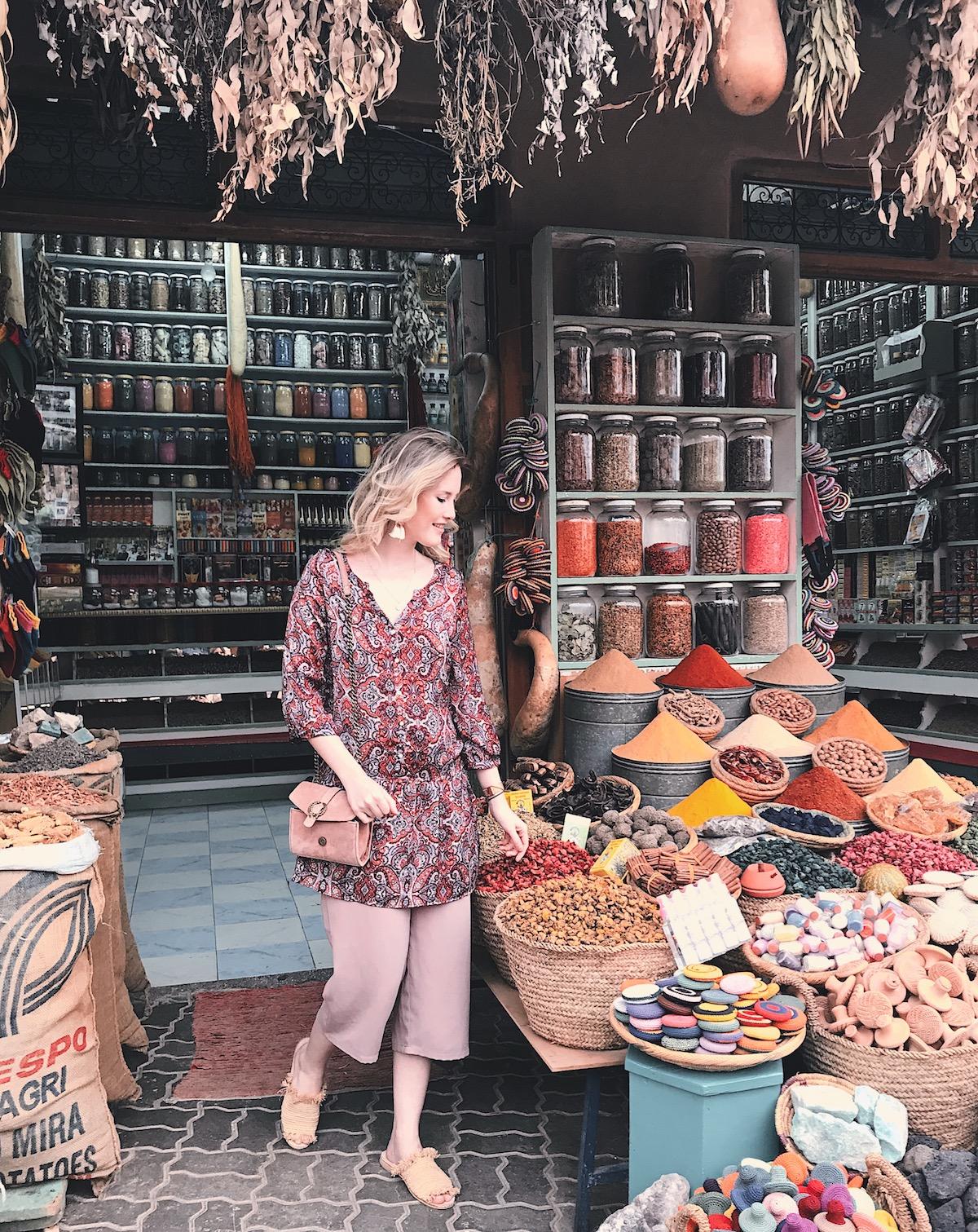 Überlebenstipps auf den Souks Marrakesch Souks verhandeln Orientierungspreise Souks Was sind angemessene Preise auf dem Souk Gewürze Lampen Tee Teppiche Teller Bestickte Korbtasche Schuhe