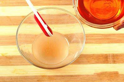 Ajoutez 1 à 2 cuillères à café de miel au jus d'oignon