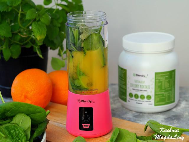 Zielony koktajl z sokiem pomarańczowym