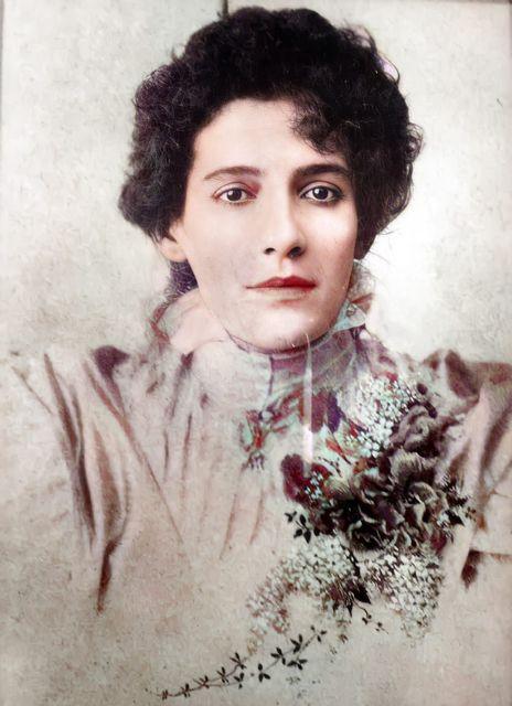 Francisca Júlia, por volta de 1895.