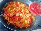 preparare reteta mancare de naut de post - punem pasta de tomate peste legumele calite