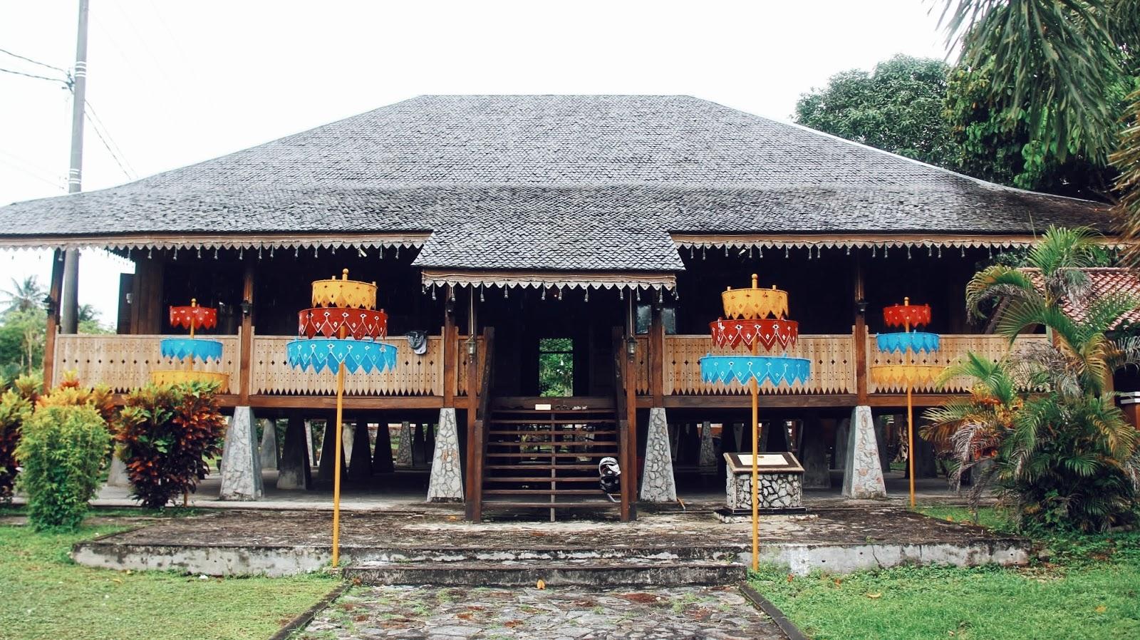 Bergaya Dengan Pakaian Tradisional Melayu Di Rumah Adat Belitong