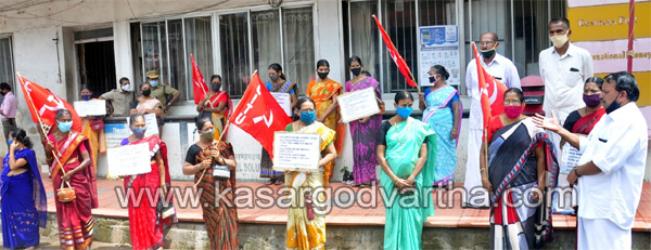 kasaragod, news, Kerala, Employees, Post Office, Dharna, Beedi Employees Post office Dharna conducted