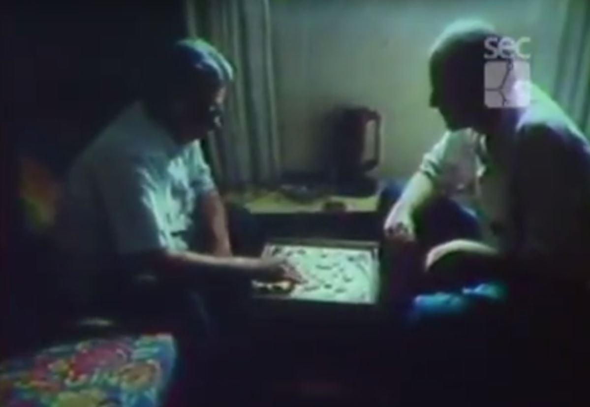 """O diretor Nuno César Abreu (à direita) contracena em seu próprio documentário com o artista Oscar Blois (à esquerda). Imagem: frame de """"O incrível senhor Blois"""""""