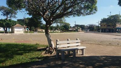 Moradores do Distrito de Santo Amaro adotam a praça e entregam bancos de cimento com recursos da comunidade.