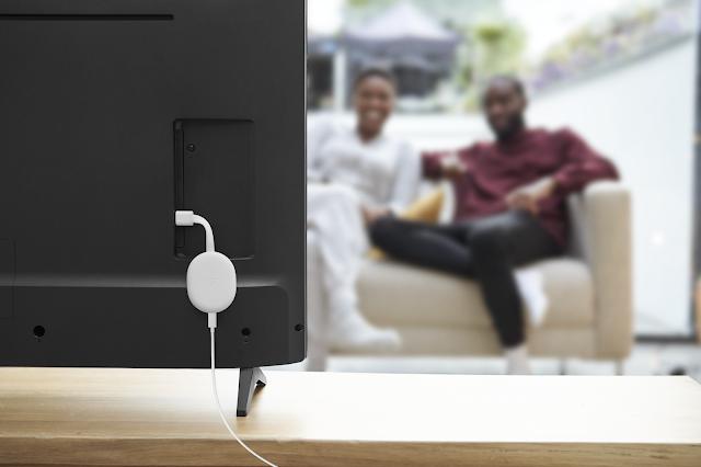 Ein Foto mit einem Chromecast, der an einen Fernseher angeschlossen ist