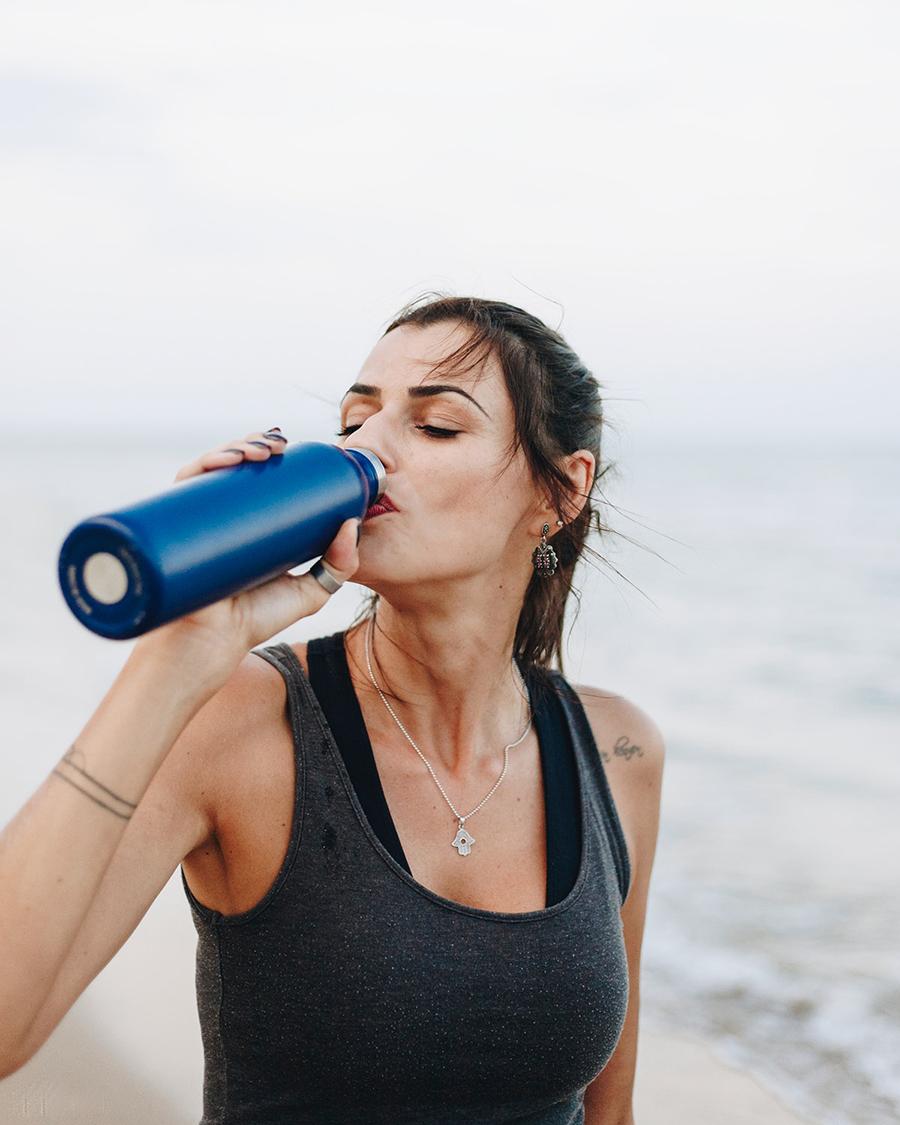 Cewek cantik minum air dengan tumbler seksi dan hot