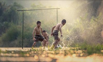 anak bermain sepakbola