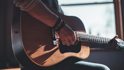 alat muzik yang menghasilkan bunyi melalui getaran