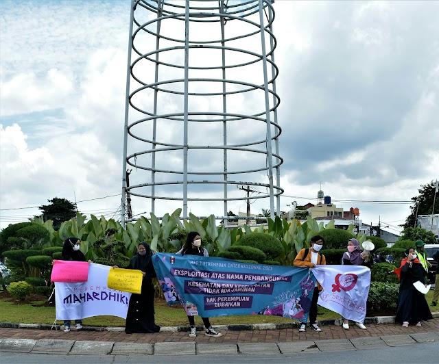 Sambut IWD, Perempuan Mahardhika Gelar Aksi di Bundaran Pamulang