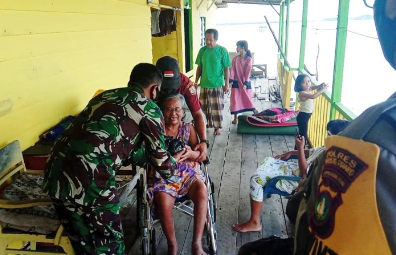 Ketuk Pintu Warga, Koramil 01/Tanjungpinang Bersama Kodim 0315/Bintan Bagi Bingkisan Nasi Bungkus dari Yayasan Moggallana Indonesia