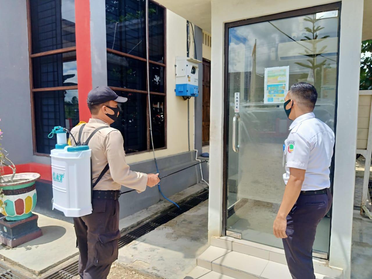 Sterilisasi BANK Personel Polsek Laung Tuhup Semprotkan Cairan Disinfektan