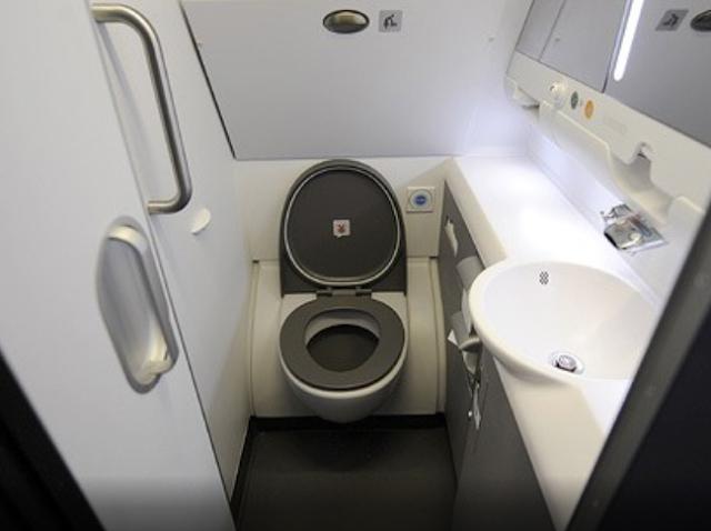 Kamu Harus Tau Etika Ini Saat Menggunakan Toilet di Pesawat