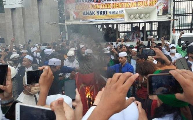 PDIP Prоѕеѕ Hukum Pеmbаkаrаn Bendera Bаntеng dі Demo RUU HIP