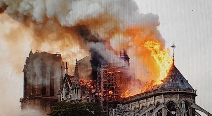 Fransa Ağlıyor Notre Dame Katedrali yandı!