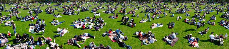 Photographie panoramique d'une pelouse du parc de La Villette de Monique Wender