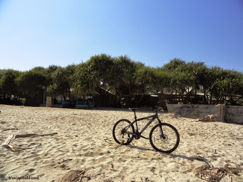 Sepedanya narsis dulu dipantai Empu Rancak, Karanggondang, Jepara