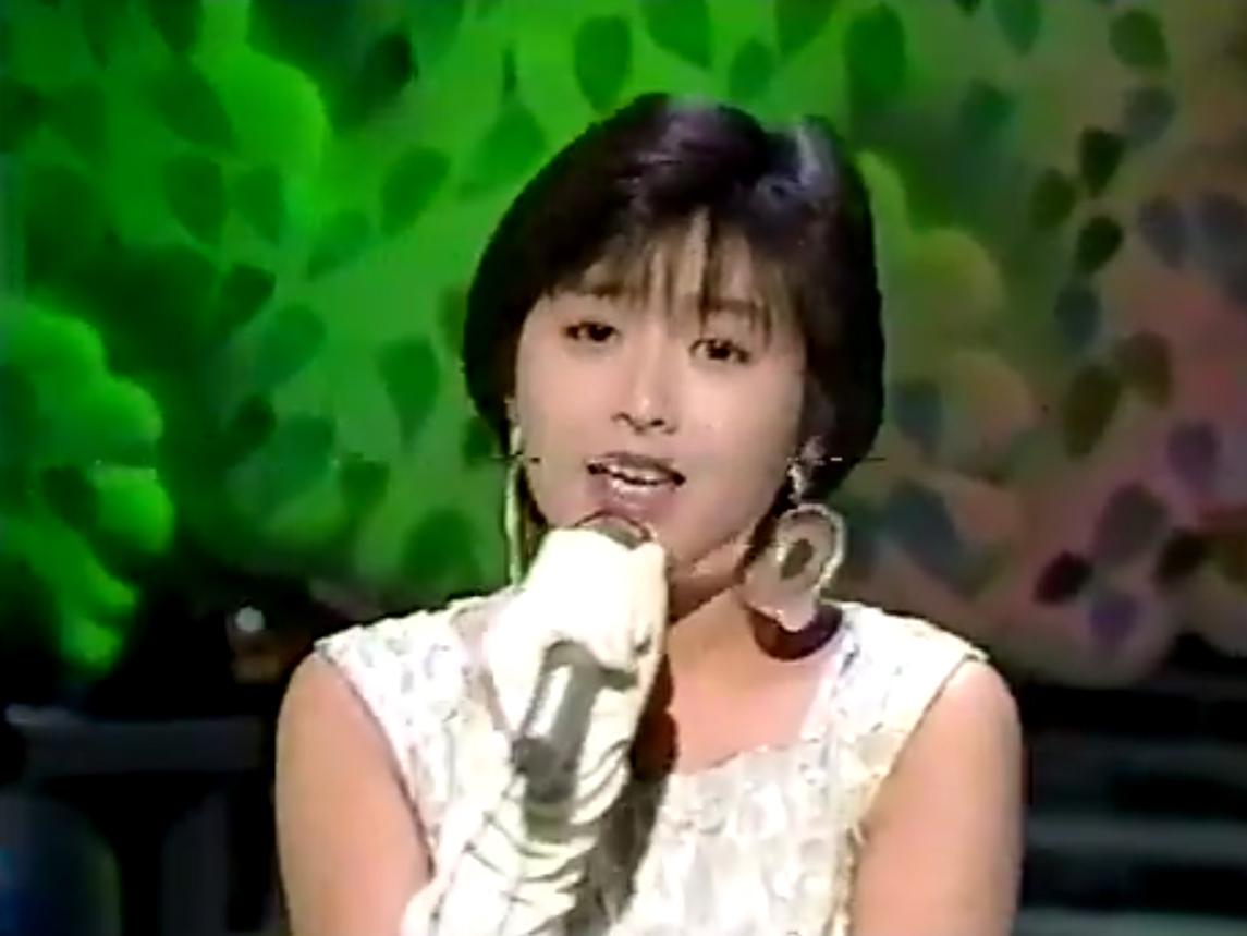 白い衣装で『夢冒険』を歌う酒井法子
