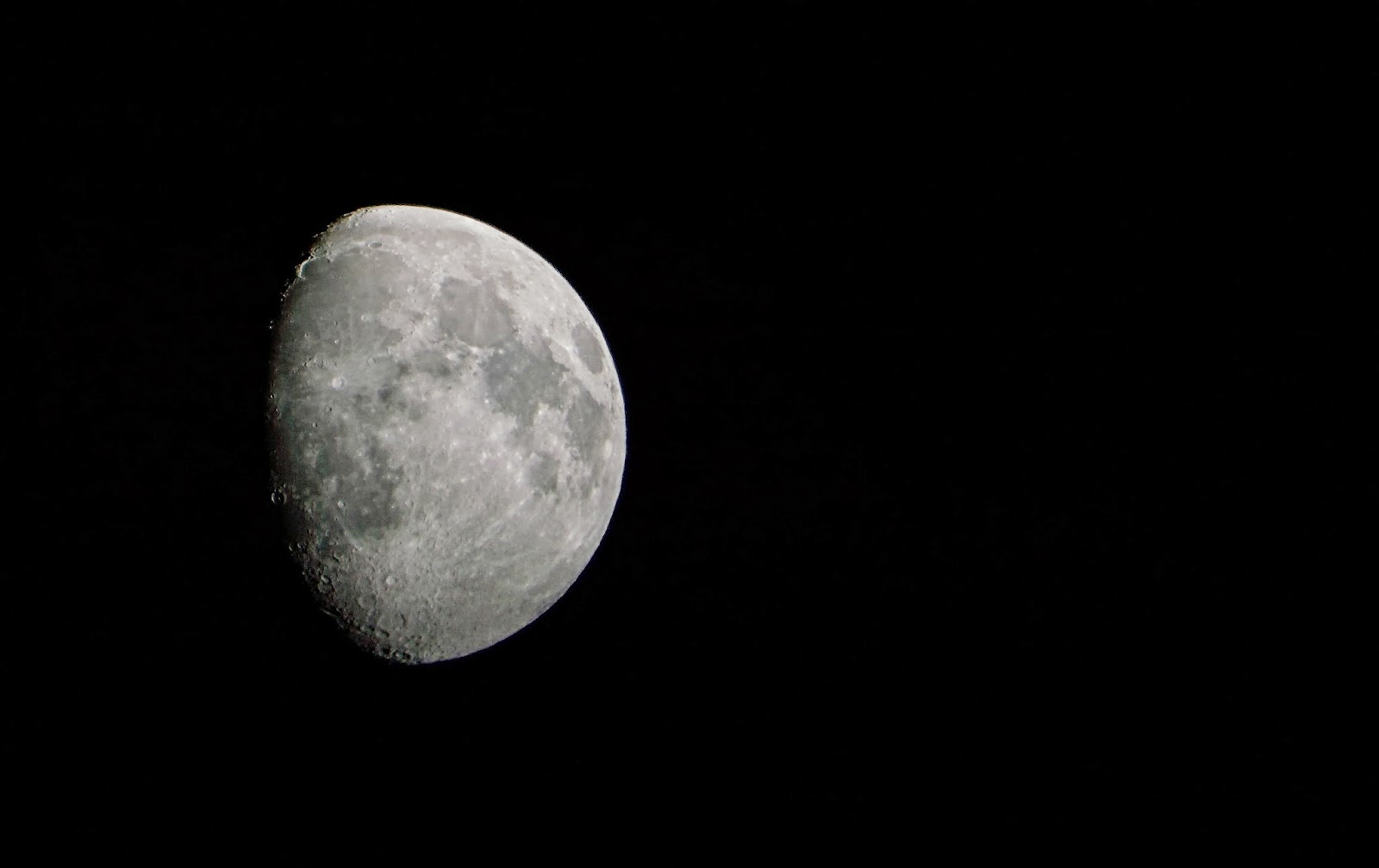 Shoot of the moon using the travel scope 70 and the Nikon dSLR.