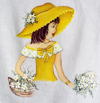 boneca pintada com roupa amarela e chapéu para colocar saia de croche