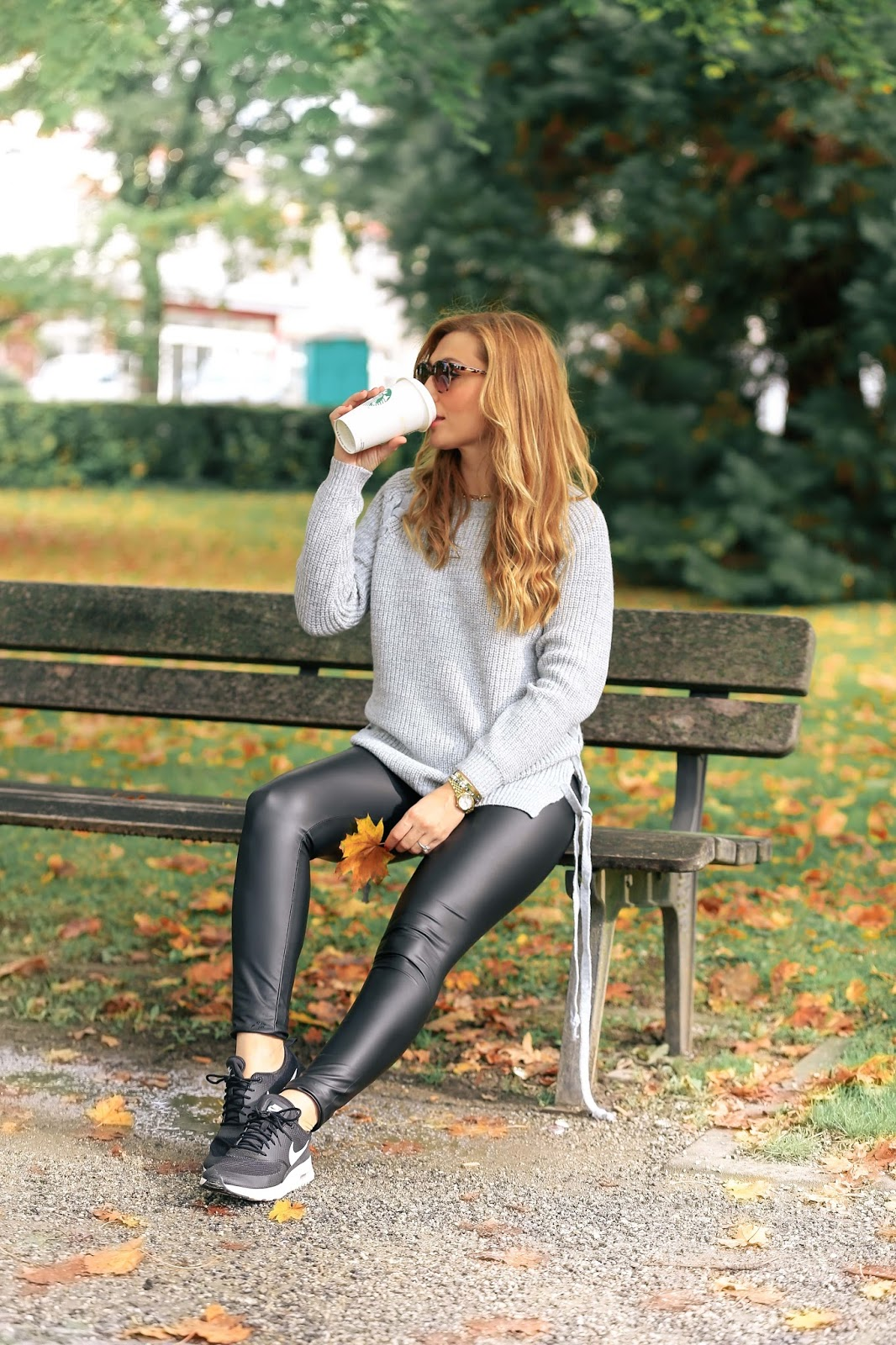 casual schick mit einer leggings in lederoptik und einem dicken strickpullover. Black Bedroom Furniture Sets. Home Design Ideas