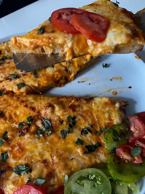 knusprige Pfannenpizza mit viel Käse