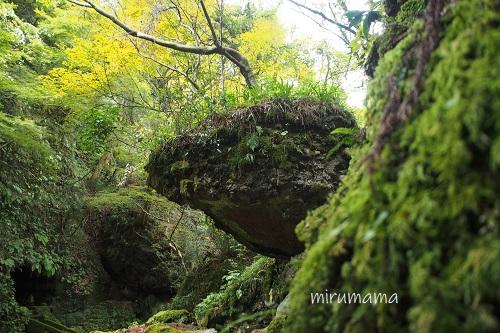 落ちてきそうな大きな岩
