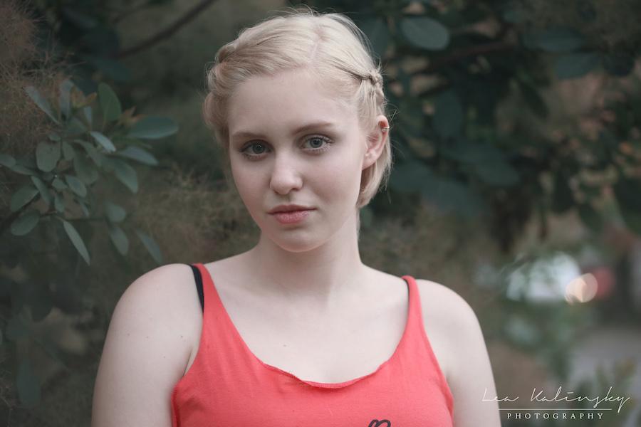 blonde Frau vor natürlichem Hintergrund