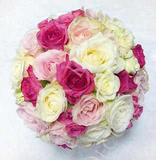 Pink, rózsaszín és fehér rózsákból készült gö,b alakú menyasszonyi rózsacsokor
