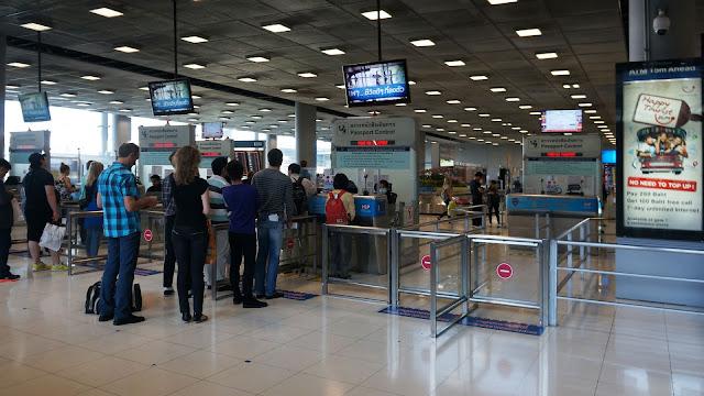 Изображение процедуры паспортного контроля в аэропорту Бангкока