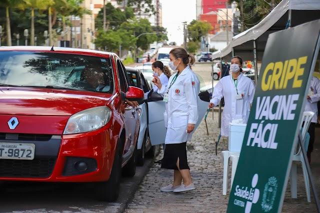 Com estreia de drive thru, primeiro dia imuniza mais de 43 mil pessoas contra gripe em Curitiba